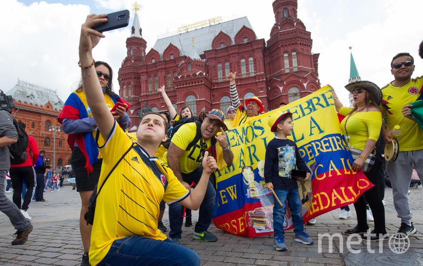 """Колумбийцы, марокканцы, перуанцы, мексиканцы и иранцы веселятся на Манежной площади. Фото Василий Кузьмичёнок, """"Metro"""""""