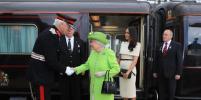 Меган Маркл приехала на поезде с Елизаветой II открывать мост: фото