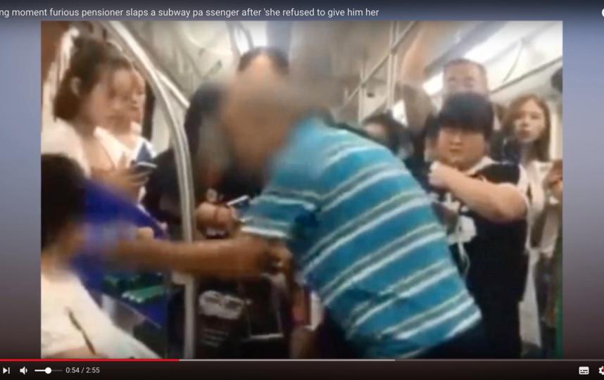 В Китае пенсионер ударил по лицу женщину, которая отказалась уступить ему место в метро. Фото Скриншот Youtube