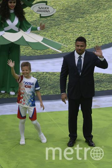 Бразильский футболист Роналдо с мальчиком Гришей. Фото AFP