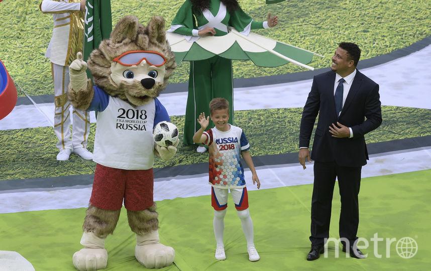 Бразильский футболист Роналдо с мальчиком Гришей и волком Забивакой. Фото AFP