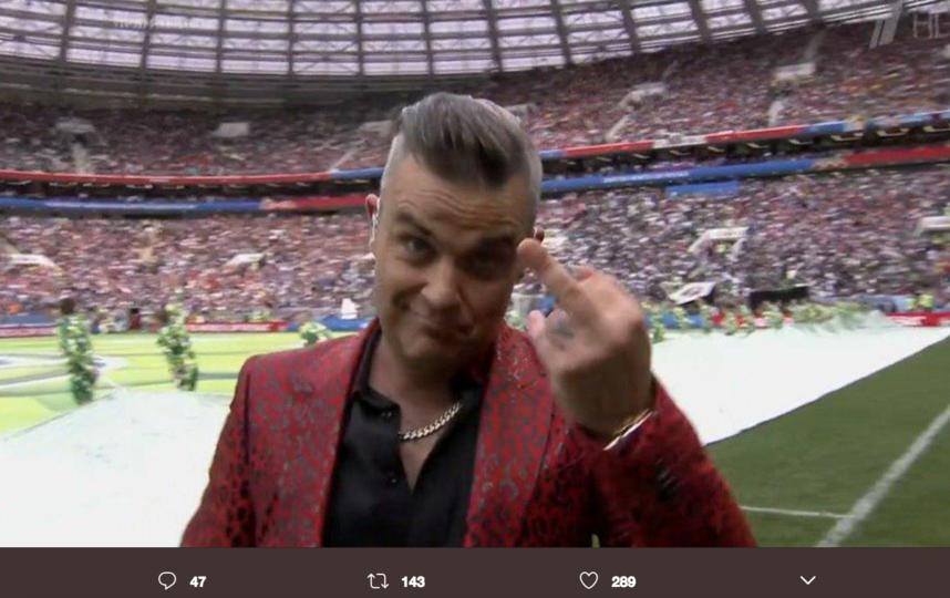 Робби Уильямс показал неприличный жест в камеру. Фото скриншот https://twitter.com/tvrain/
