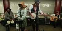 Кристину Агилеру и Джимми Фэллона приняли за уличных музыкантов. Видео