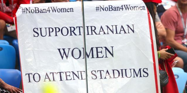 Болельщики Ирана принесли на стадионы баннеры, призывающие к отмене бана на посещение стадиона для женщин.