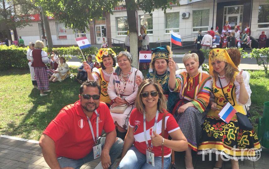 Болельщики сборной Перу вместе с русскими. Фото Кирилл Сосков