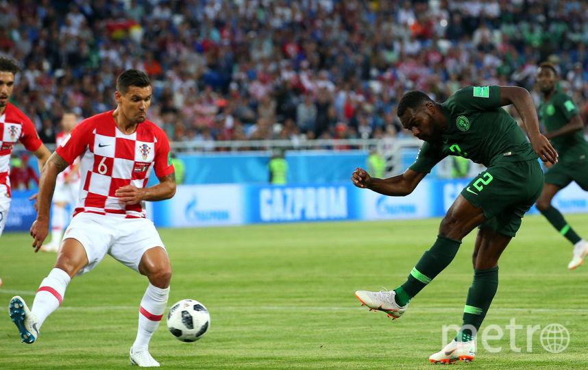 Идову в борьбе с хорватским футболистом. Фото Getty