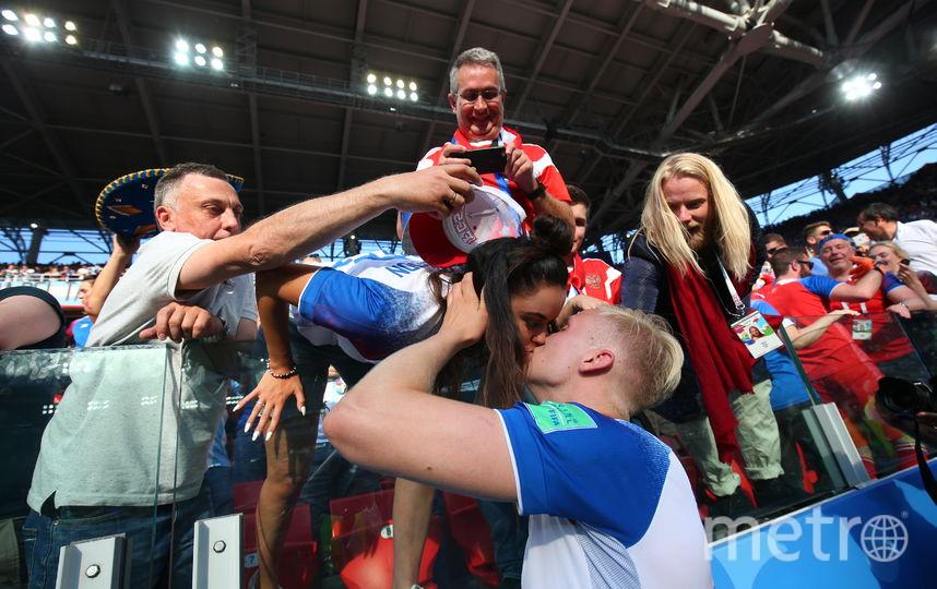 Исландцы после матчей обычно тепло благодарят трибуны, на которых они знают не только своих близких. Фото Василий Кузьмичёнок