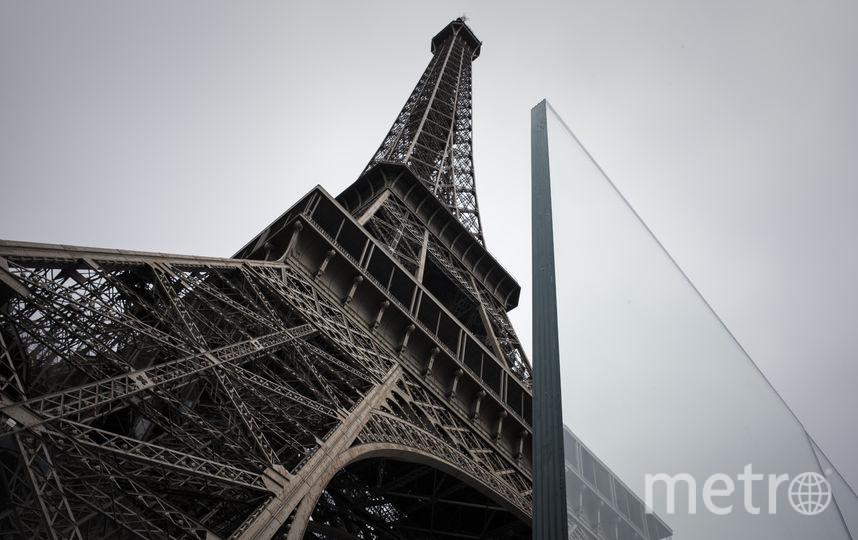 Власти Парижа решили обнести Эйфелеву башню стеклянной стеной для защиты основания монумента от терактов. Фото AFP