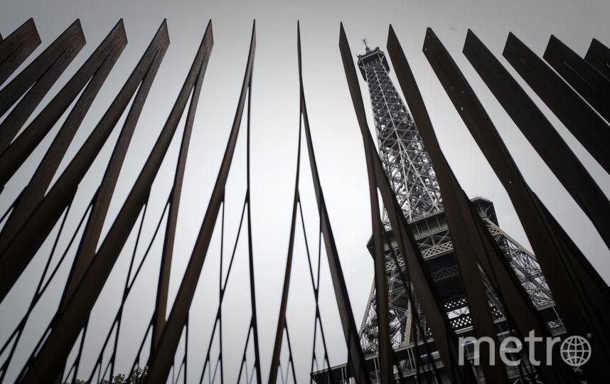 Металлическая ограда рядом с Эйфелевой башней. Фото AFP