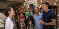 Анджелина Джоли в Ираке прогулялась в бронежилете: фото