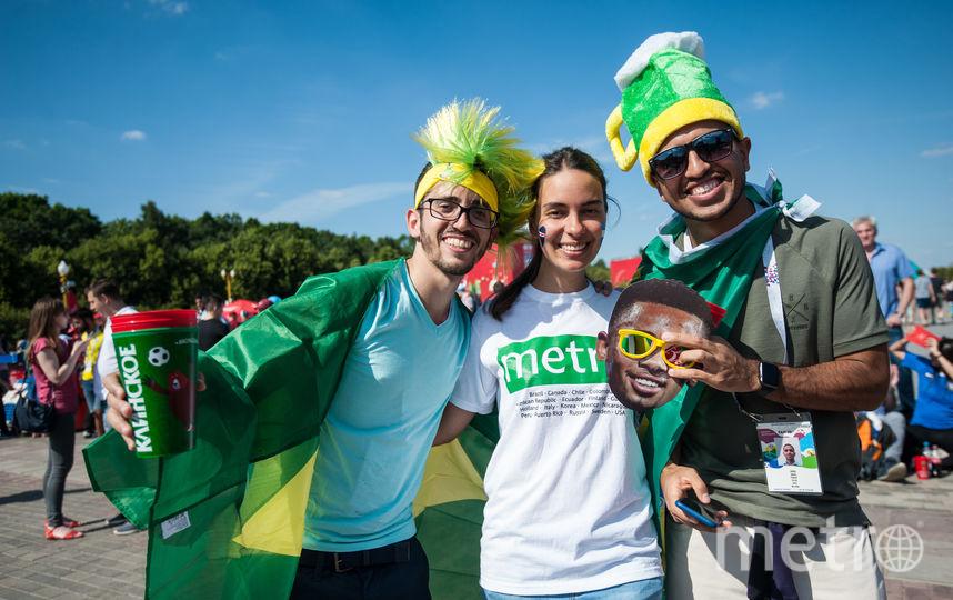 Эти ребята из Бразилии не очень хотели знакомиться, им бы только футбол смотреть да пиво пить. Фото Игорь Генералов