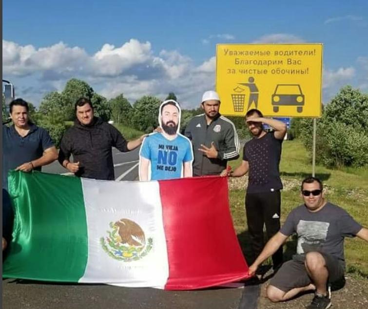 Ростовое фото друга мексиканские болельщики возят с собой по России. Фото instagram.com/inguesumatrushka