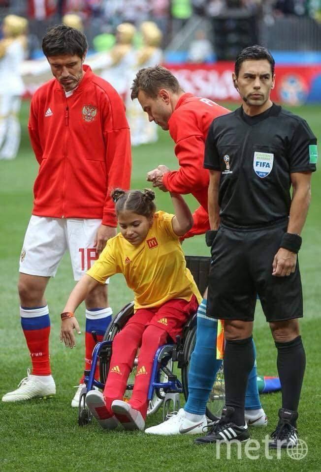 Игорь Акинфеев помогает Полине встать на ноги. Фото предоставлено Ольгой Наумовой.
