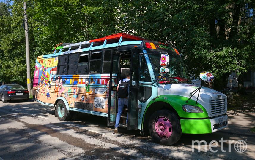 """На автобусе весёлых мексиканцев изображены музыканты, футболисты, а также празднование Дня мёртвых и киоск с традиционным мексиканским блюдом такос. Фото Василий Кузьмичёнок, """"Metro"""""""