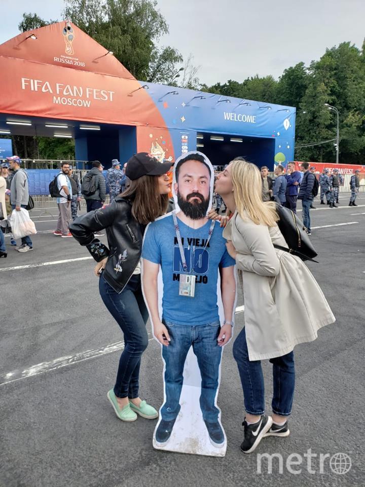 Картонный друг мексиканских фанатов очень понравился русским девушкам. Они целовали его в обе щеки в фан-зоне. Фото Facebook
