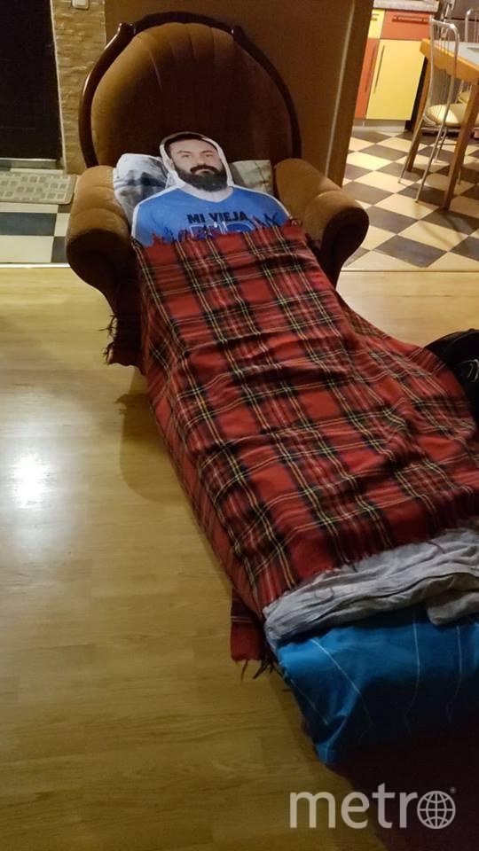 «Подкаблучнику» даже не пришлось искать номер в отеле. Он разваливался на креслах в лобби и засыпал... с открытыми глазами. Фото Facebook