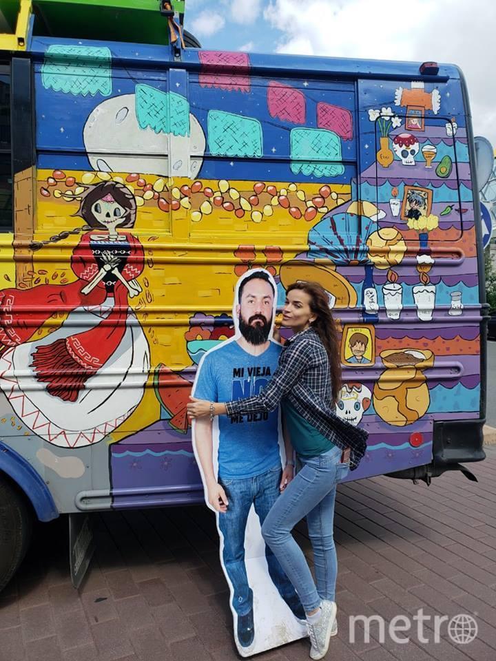 Успехом у московских красавиц Хавьер пользовался из-за красочного автобуса, на котором он смог добраться до столицы России. Фото Facebook