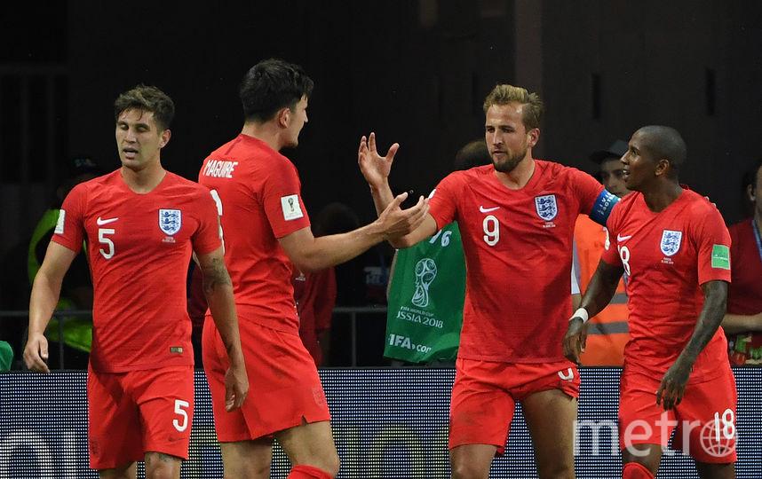 Партнёры по сборной Англии поздравляют Кейна с забитым мячом. Фото AFP