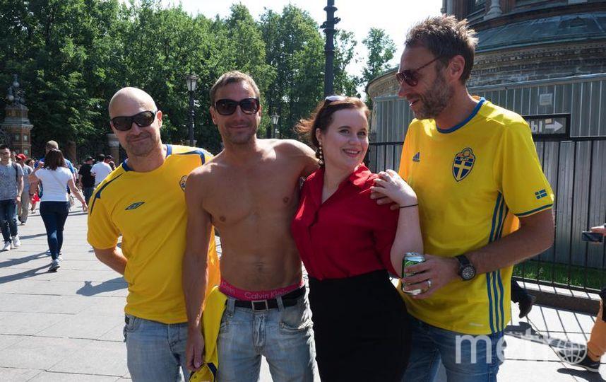 """Сегодня полуголый шведский болельщик отправился в Сочи. Фото Святослав Акимов, """"Metro"""""""