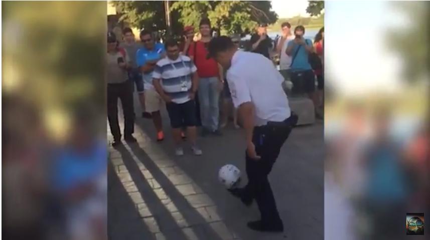 Полицейский чеканил мяч. Фото скрин-шот, Скриншот Youtube