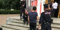 Мужчина, порезавший охранника Чесменской церкви в Петербурге, умер по пути в суд