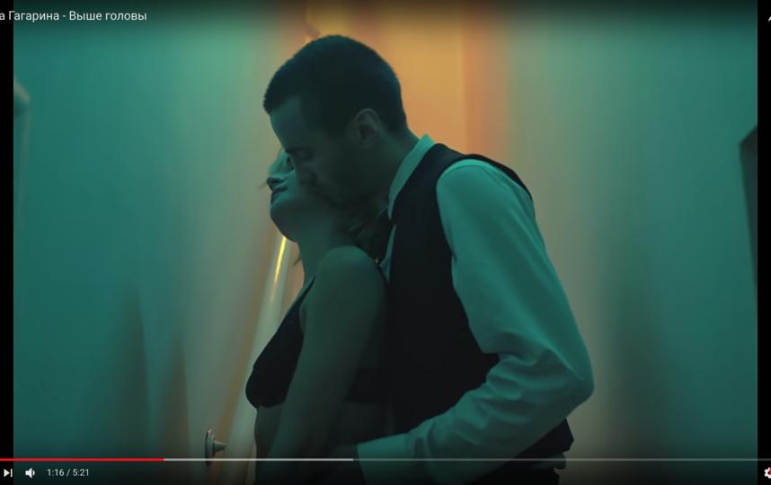 Клип рассказывает о болезненной любви двух молодых людей, которые бросаются из крайности в крайность, пытаясь сохранить разрушающиеся отношения. Фото Скриншот Youtube