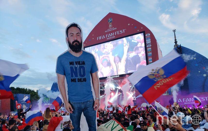 Картонный мексиканец на чемпионате мира. Фото Василий Кузьмичёнок