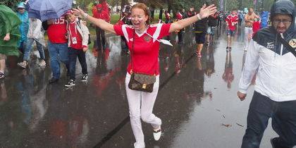 Фанаты в Петербурге вымокли до нитки: фото за несколько минут до матча Россия - Египет
