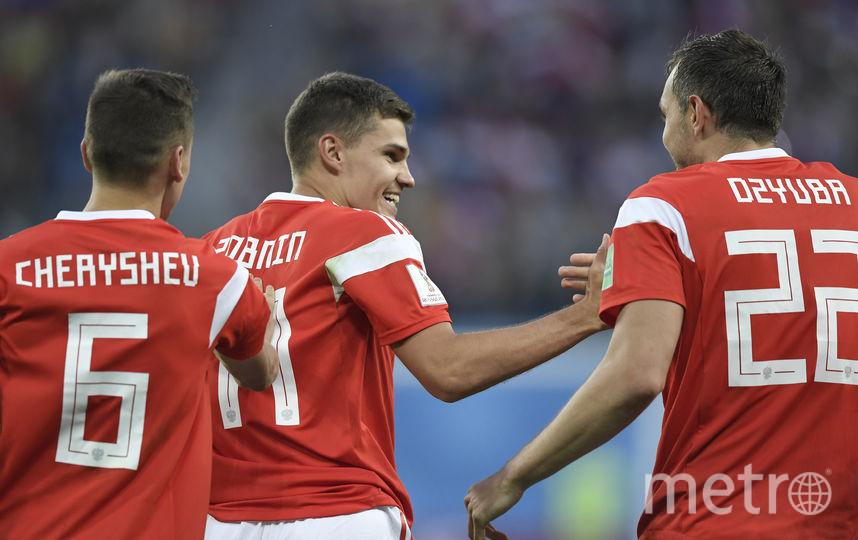 Роман Зобнин с партнёрами радуются забитому мячу. Фото AFP