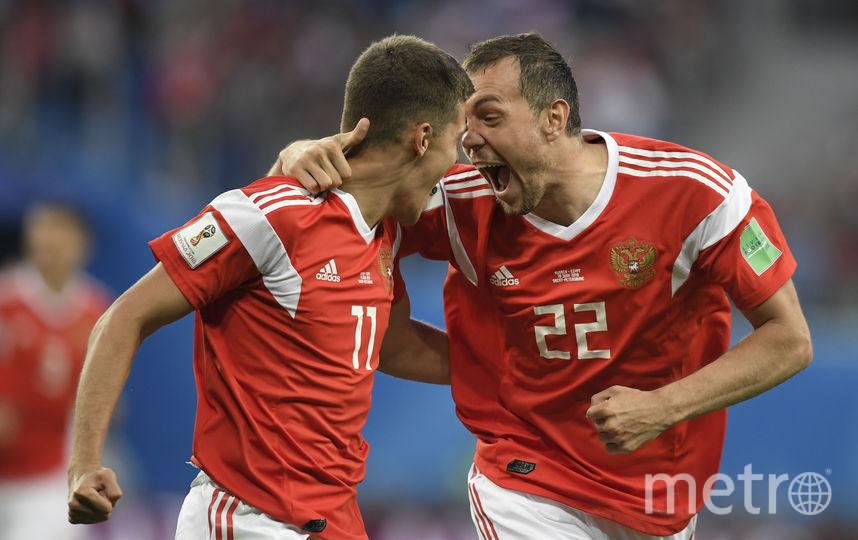 Артём Дзюба и Роман Зобнин после первого забитого мяча. Фото AFP