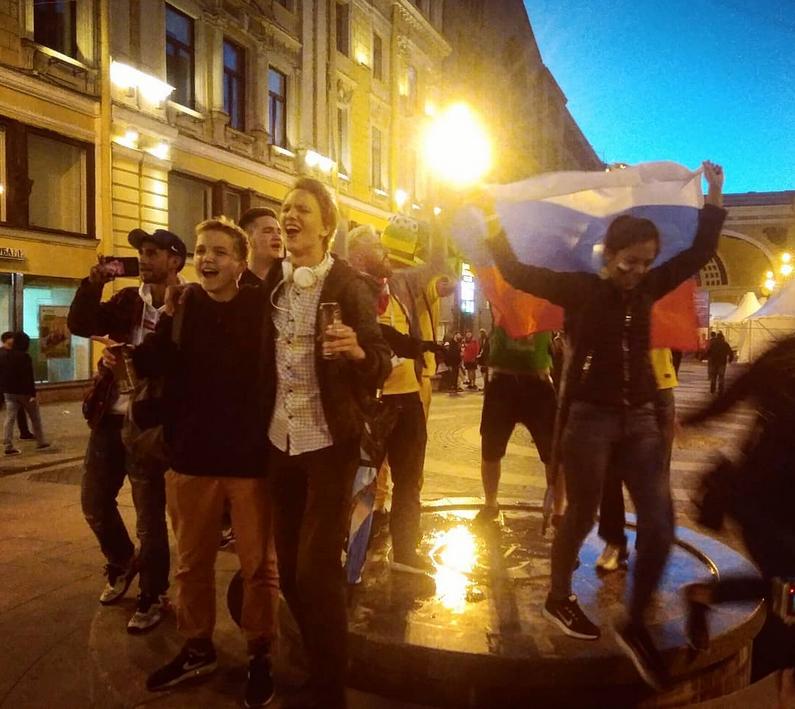 Болельщики в центре Петербурга. Фото Скриншот Instagram: @alena.pakhomenko