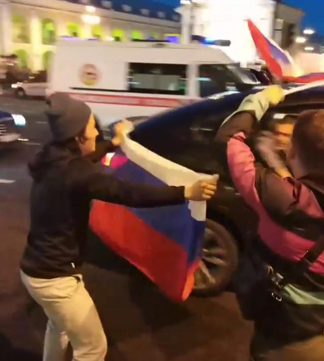 Болельщики в центре Петербурга. Фото Скриншот Instagram: @akimovslava
