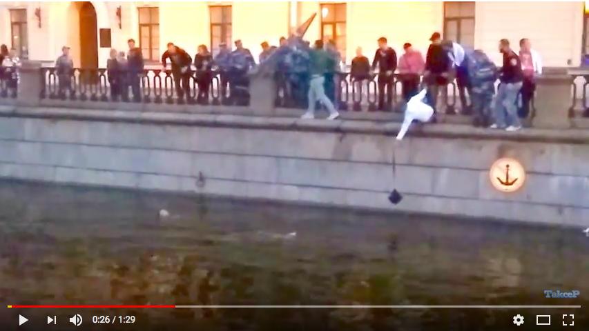 Девушку вытаскивали из канала всем миром. Фото скрин-шот, Скриншот Youtube