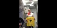 Бразильцы устроили шоу в самолёте из-за жёлтого спасжилета: видео