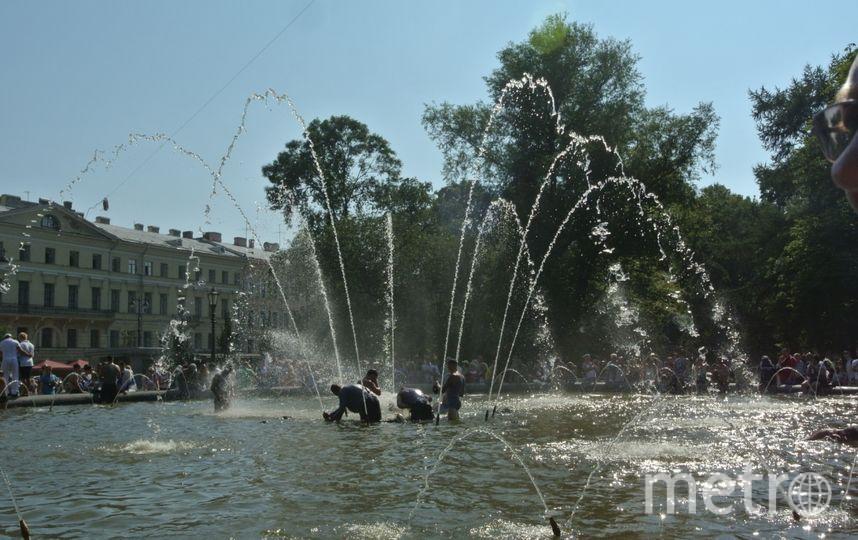 """В фонтанах любят купаться в дни ВМФ и ВДВ. Фото """"Metro"""""""