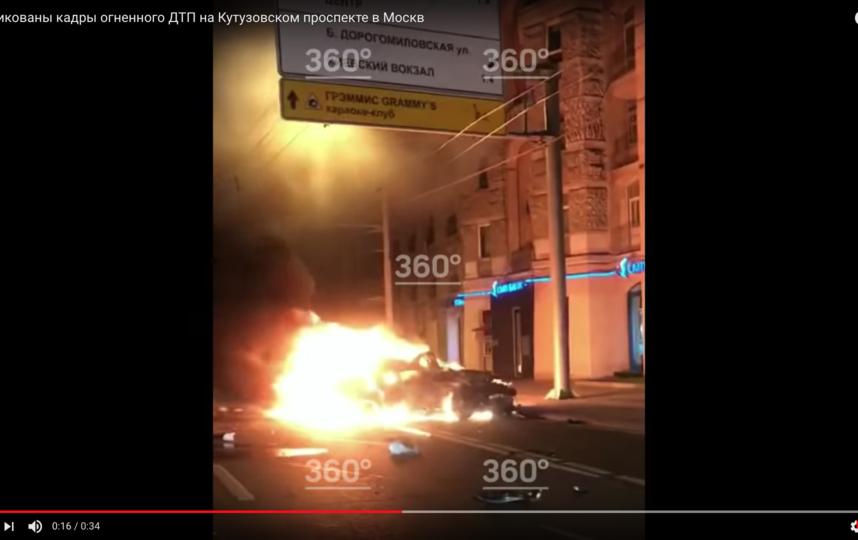 После столкновения одна из машин загорелась. Фото Скриншот Youtube