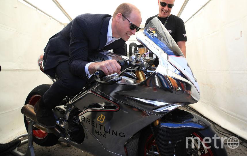 Принцу показали новый спортивный мотоцикл. Фото Getty