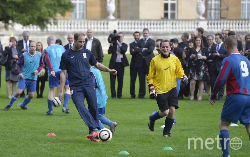 Принц уильям играет в футбол, 2013 год. Фото Getty
