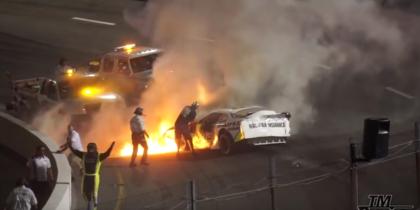 Гонщика Nascar вытащил из огня отец во время гонок: Видео