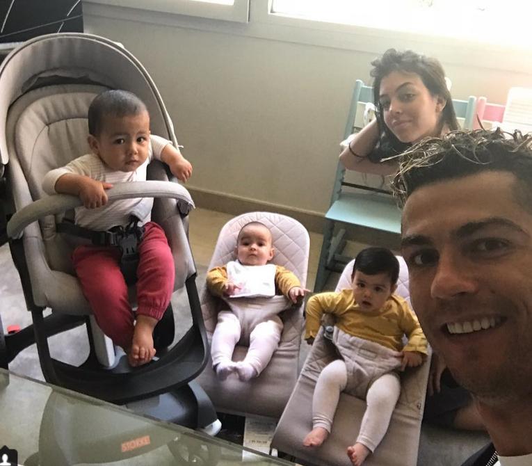 Криштиану Роналду с возлюбленной Джорджиной и детьми, фотоархив. Фото скриншот https://www.instagram.com/cristiano/
