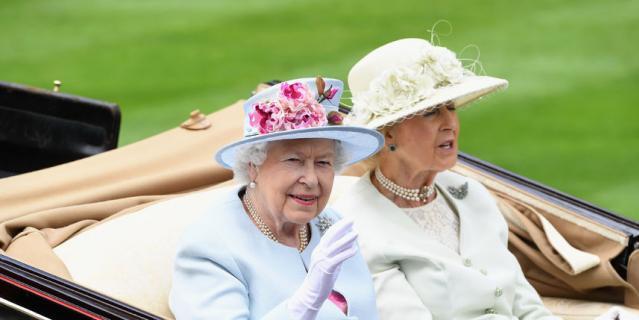 Елизавета II во второй день скачек.