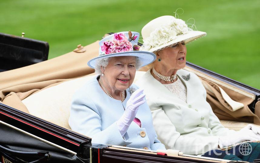Елизавета II во второй день скачек. Фото Getty