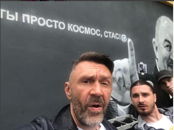 Шнуров сделал селфи на фоне портрета.