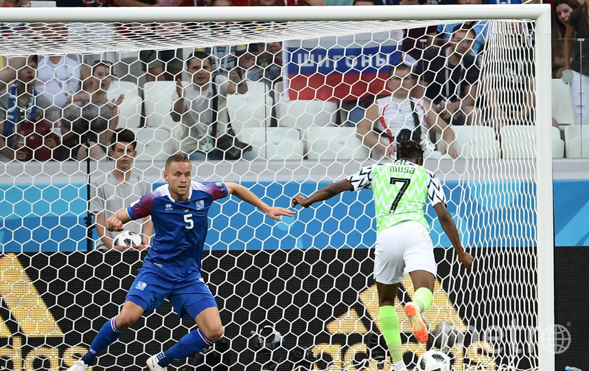 Ахмед Муса поражает ворота сборной Исландии. Фото AFP
