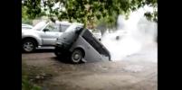 Иномарка полностью ушла в яму с кипятком в Омске: видео