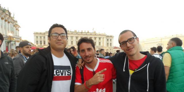 Хьюго (слева) с друзьями, болельщик из Аргентины.