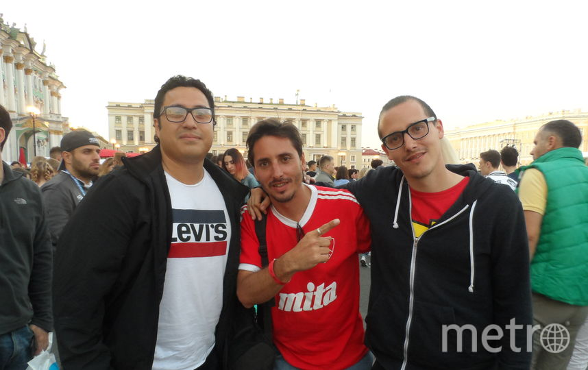 """Хьюго (слева) с друзьями, болельщик из Аргентины. Фото все - Наталья Сидоровская, """"Metro"""""""
