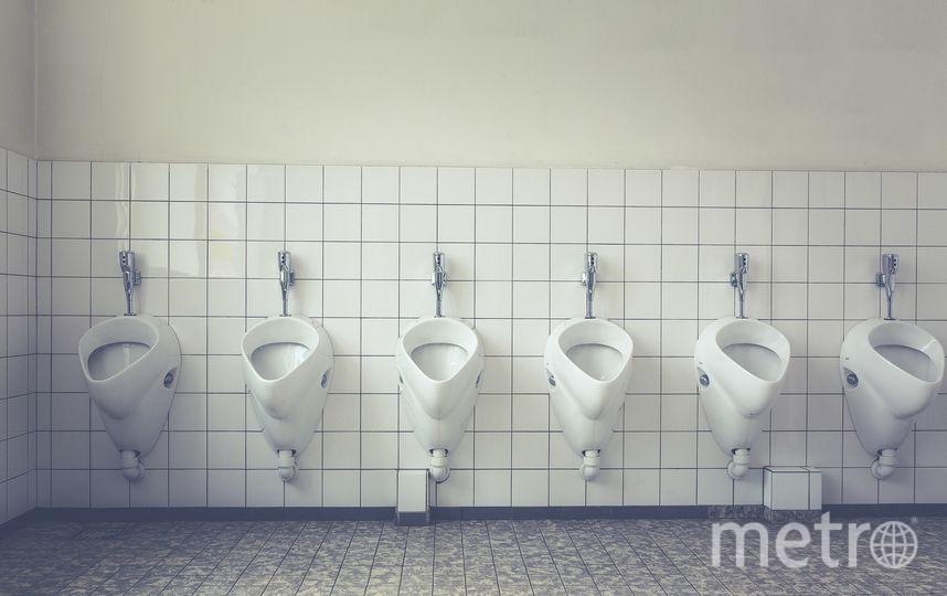 Больше всего микробов скапливается на полу, двери и держателе туалетной бумаги, так как именно туда попадают брызги при смывании унитаза. Фото Pixabay