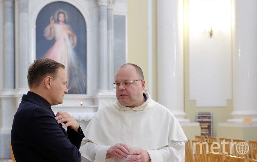 """Отец Томаш очень переживал, что католический храм Святой Екатерины встретит болельщиков с неотреставрированным фасадом. Фото Алена Бобрович, """"Metro"""""""