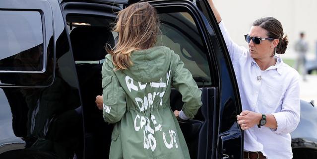 Мелания Трамп в той самой куртке с неоднозначной надписью.
